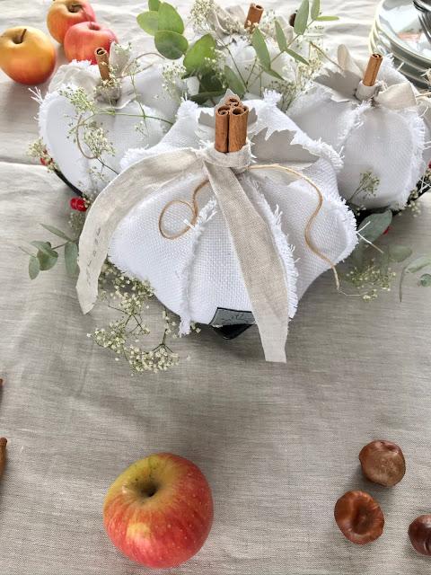 Jesienna dekoracja stołu z białych dyni baby boo