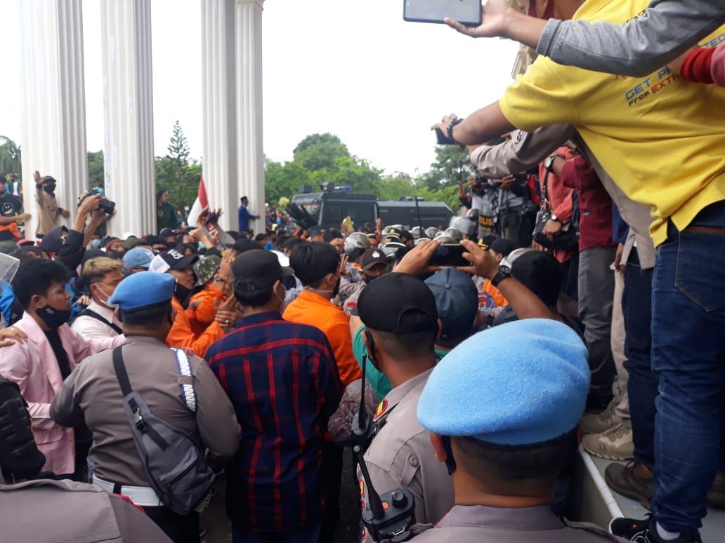 Aksi Tolak UU Ciptaker Ratusan Ribuan Buruh dan Mahasiswa Gruduk Kantor DPRD Provinsi Jambi