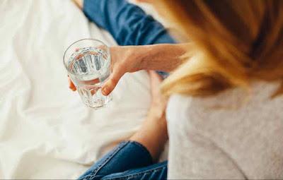 أيهما أفضل شرب الماء قبل الأكل أو بعده؟