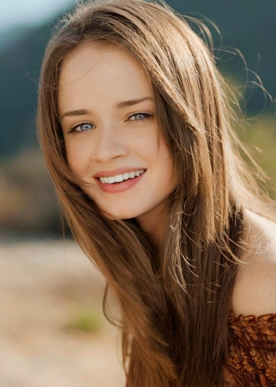 Cute long straight hairstyles for women – best summer hair style from Alexis Bledel