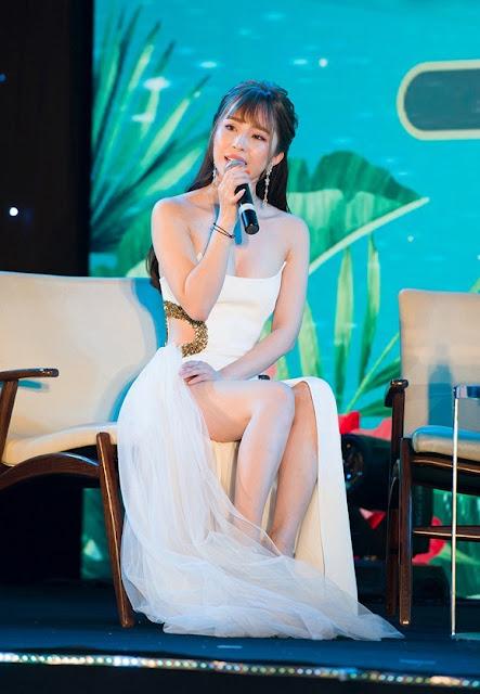 Quỳnh Nga tóc 'mái mưa' lạ lẫm, sexy hết cỡ dự sự kiện 4