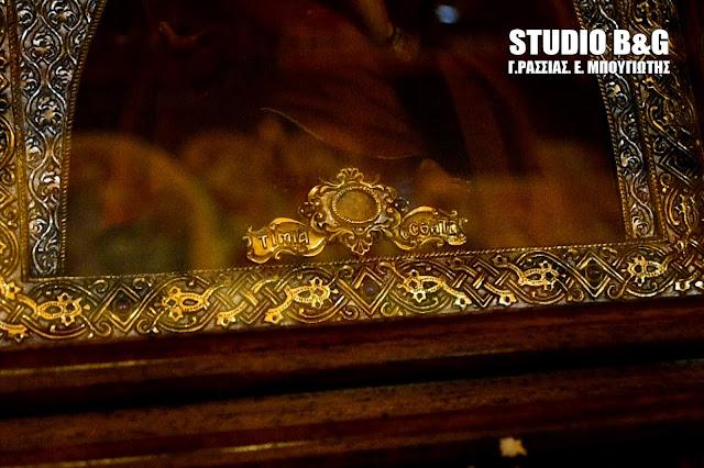 Απότμημα της Τιμίας Εσθήτας της Θεοτόκου ενσωματωμένο σε εικόνα της Παναγίας https://leipsanothiki.blogspot.be/