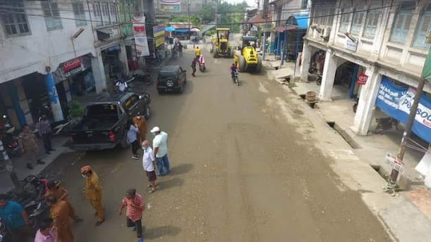 Masyarakat Marharoan Bolon Perbaiki Jalan Rusak di Perdagangan