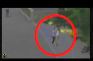 Κάμερα καταγράφει γυναίκα φάντασμα που περνά μέσα από εμπόδια!