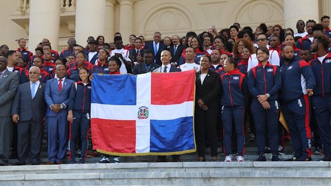 Presidente Danilo Medina despide y entrega bandera a delegación de atletas dominicanos participarán en Juegos Panamericanos en Perú