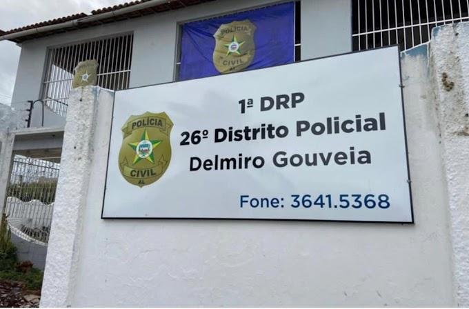 Policiais flagram homem limpando espingarda em frente de casa e conduzem ele para Delegacia