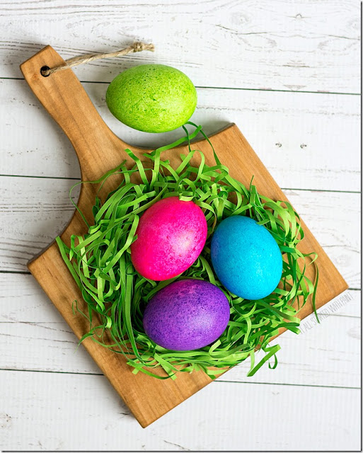 Try out a new way to decorate Easter eggs this year. Here are more than 10 ideas for diy Easter egg decoration ideas for you to try out, from traditional designs to modern and trendy looks. Lots of color!