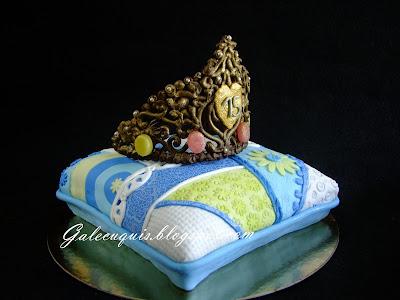 Tarta cojin de patchwork y corona de chocolate