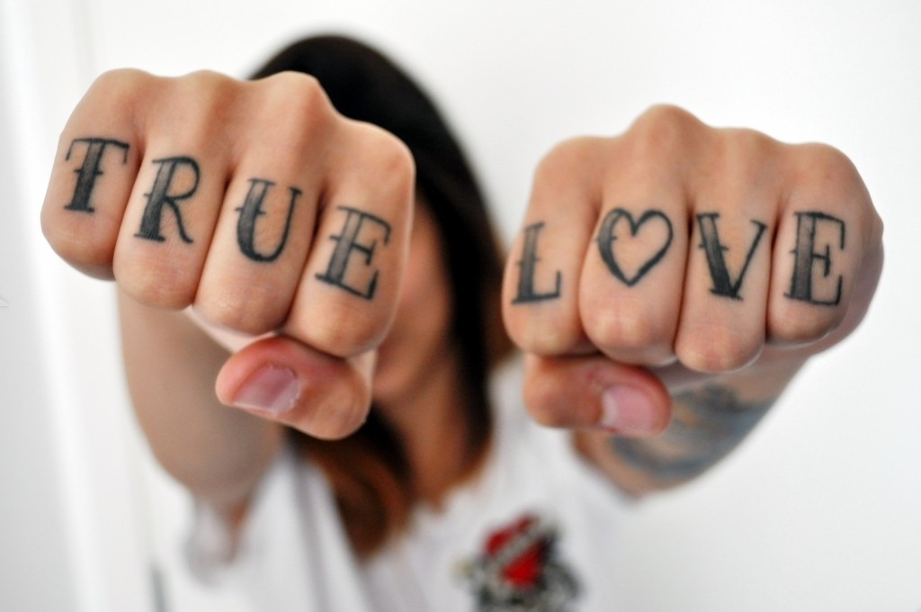 Tatuajes de amor con la palabra love y true love for True love tattoos