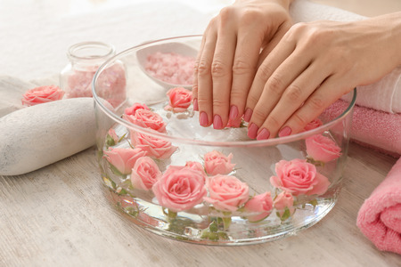 As propriedades antiinflamatórias da água de rosas podem ajudar a reduzir a vermelhidão