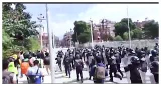 नेपाल पुलिस और पब्लिक में झड़प, जमकर हुआ पथराव, लोगों ने पुलिस को दौड़ा-दौड़ाकर पीटा, गुस्साए लोगों ने पीएम ओली के खिलाफ की नारेबाजी