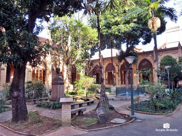 Vista ampla do jardim central da Santa Casa de Misericórdia de São Paulo