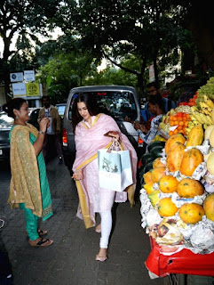Indian Girl Sara Ali Khan Seen Without makeup face in Bandra Mumbai City (5)