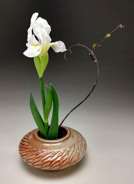 Merangkai Bunga dengan Teknik Ikebana