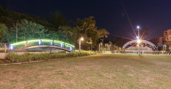 台中霧峰阿罩霧公園,綠色拱橋、露天展演舞台、綠草坪、玩沙區
