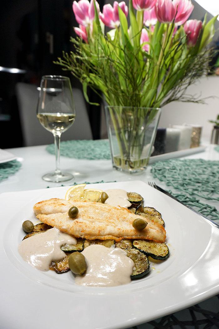 Pangasiusfilets mit gebratenen Zucchini und Sardellensauce