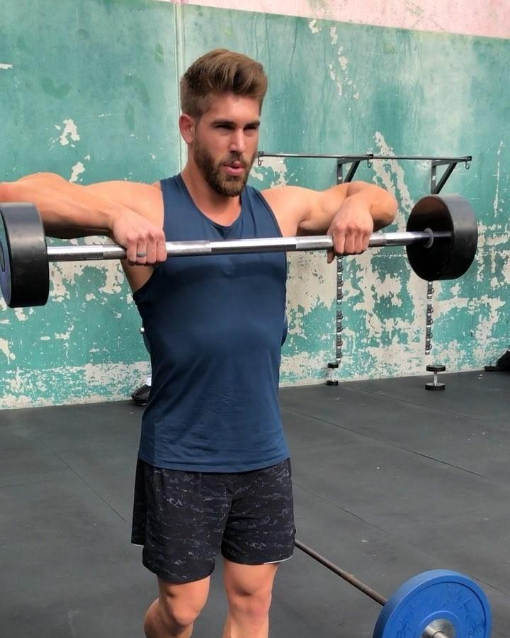 sexy-bearded-dudes-working-out-gym-lifting-weights