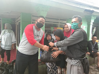 Peduli Terhadap Warga Terdampak Covid-19, Relawan Palabuhanratu Bersatu Bagikan Ratusan Paket Sembako