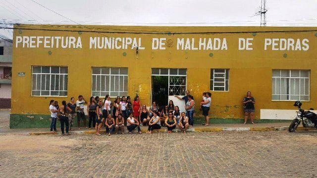 Com salários atrasados, professores protestam na prefeitura de Malhada de Pedras