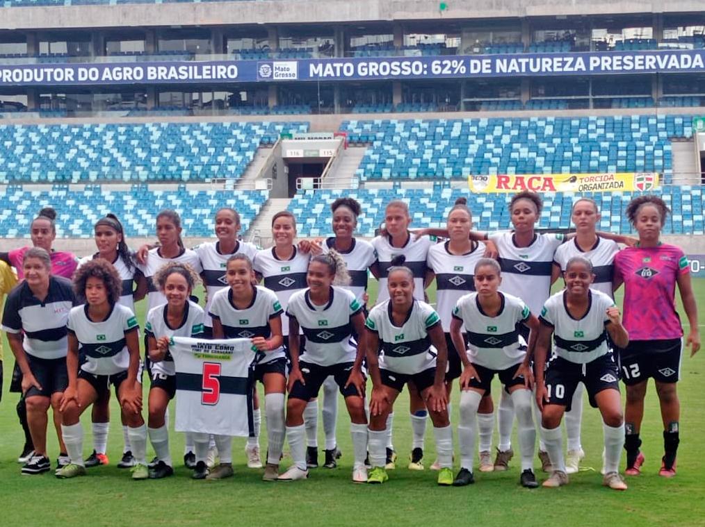 Jogadoras do Mixto futebol feminino posam para foto na Arena Pantanal