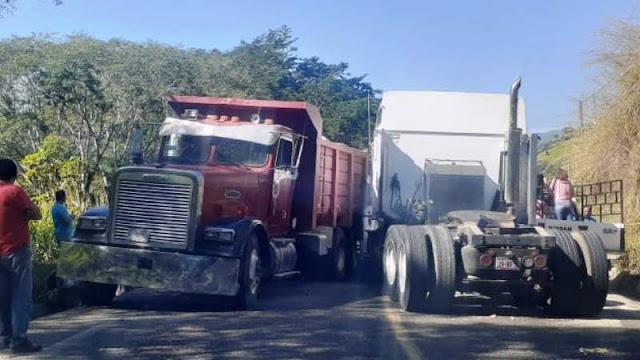 En este tipo de camiones pesados se movilizan sicarios en Aguililla, se presume que bloquearán caminos