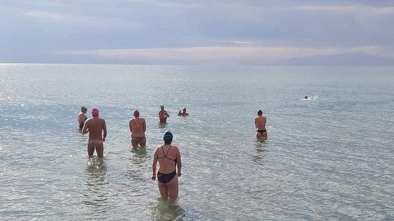 Κολυμβητές έκαναν την πρώτη βουτιά για το 2020 στην Χαλκιδική