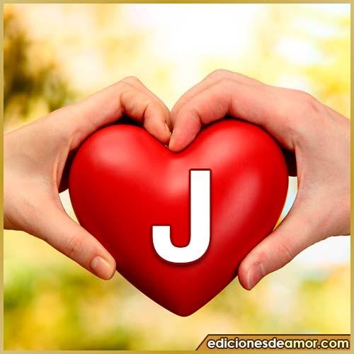 corazón entre manos con letra J