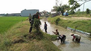 Babinsa Bersama Petani Kerja Bakti Bersihkan Saluran Irigasi