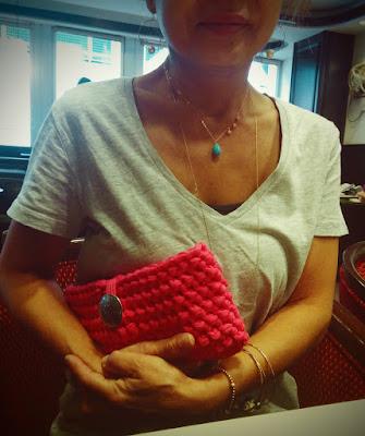かぎ針編みのクラッチバッグをプレゼントしました