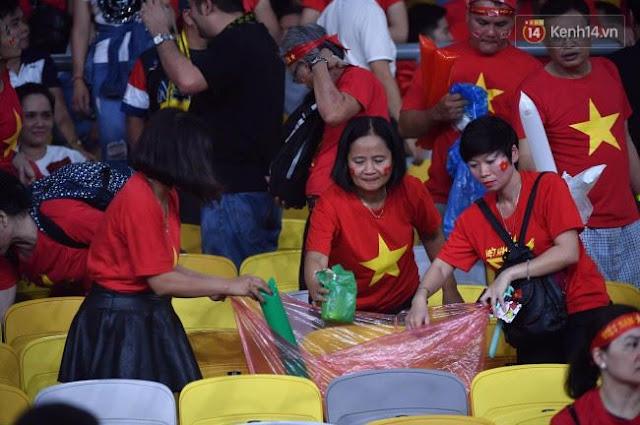 Cổ động viên Việt Nam dọn rác ảnh 12