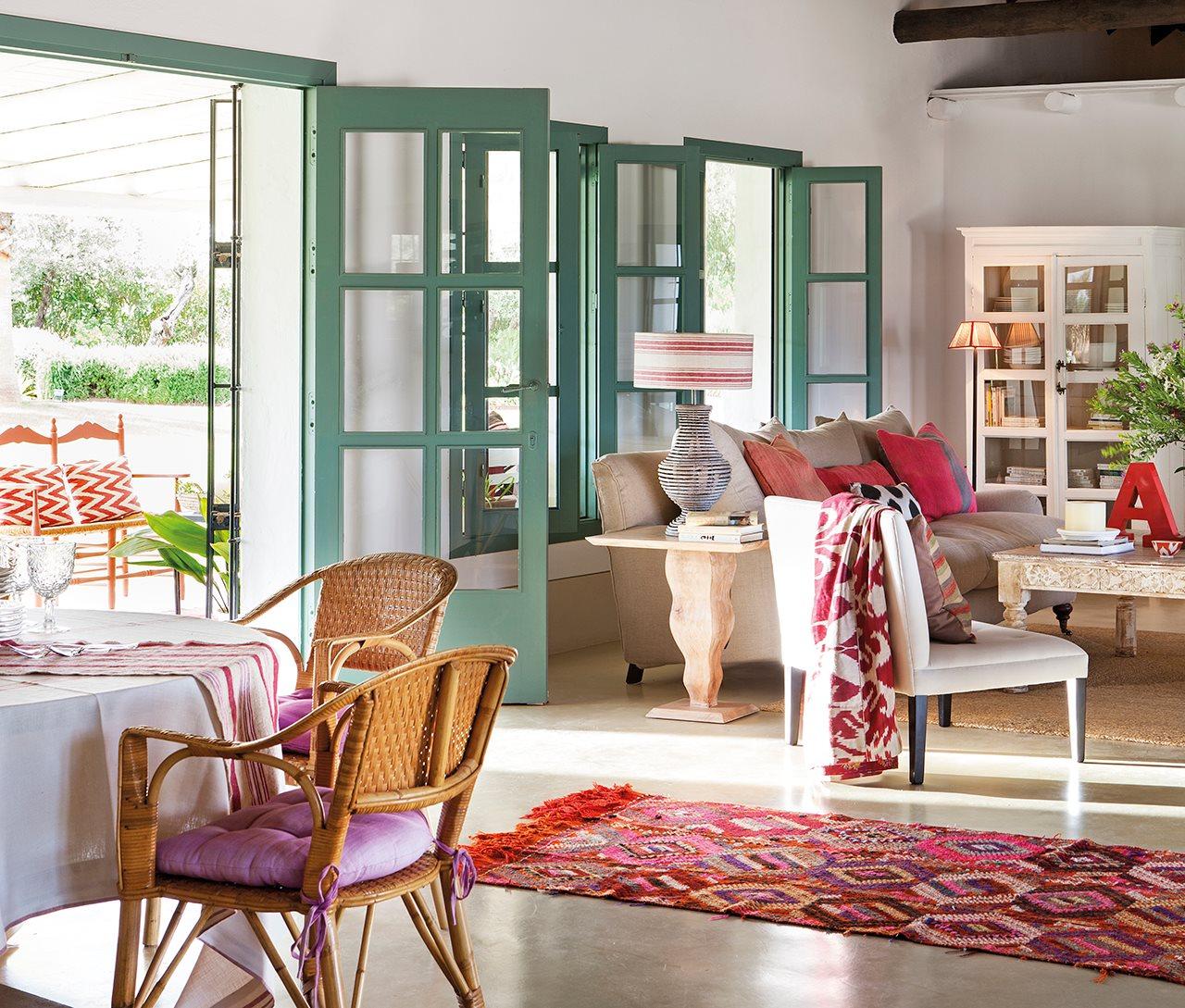 como decorar casa al estilo andaluz con salón tonos mediterráneos y madera natural