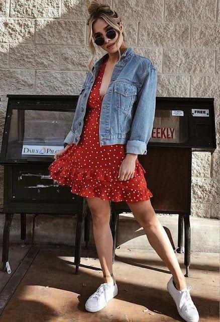 A jaqueta jeans é uma peça de roupa que nunca sai de moda, pois combina com todos os estilos de roupa, e por ser uma peça versátil e prática, para o dia a dia se torna uma ótima escolha. Além de ter conforto, você pode montar looks estilosos e clássicos apenas com uma jaqueta. Você pode criar combinações de looks diferentes com a mesma jaqueta. A tendência é que a jaqueta jeans seja cada vez mais uma peça importante do look. Ter  estilo e ser descolada com a jaquena jeans feminina é incrível e vale a pena usar ela.