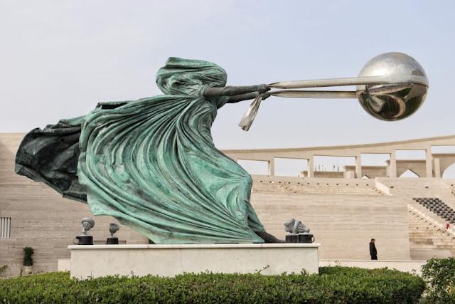 força natureza estátua