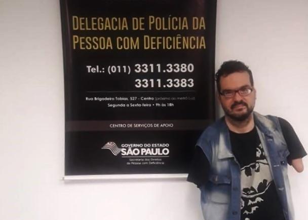 Vocalista da Banda Dudé e A Máfia denuncia crime virtual
