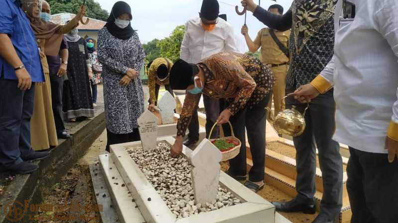Usai Dilantik Jokowi Sebagai Gubernur Kepri, Isdianto Ziarah Makam HM Sani