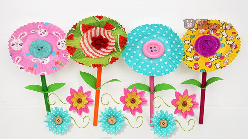 Cupcake yang berwarna-warni menjadi bunga kertas cantik merupakan kegiatan yang menyenangkan bagi anak-anak dan orang dewasa