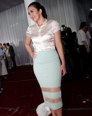 Pencil Skirt Seksi dan hot manis Nafa Urbach manis dan hot