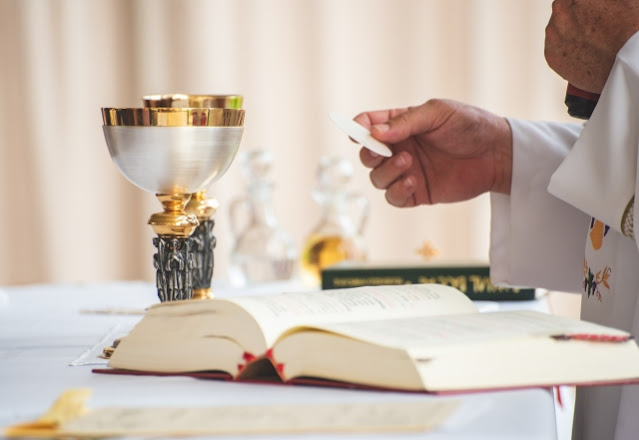 Santo Fransiskus Mendesak Para Imam Untuk Menggunakan Piala Berkualitas Tinggi Dalam Misa