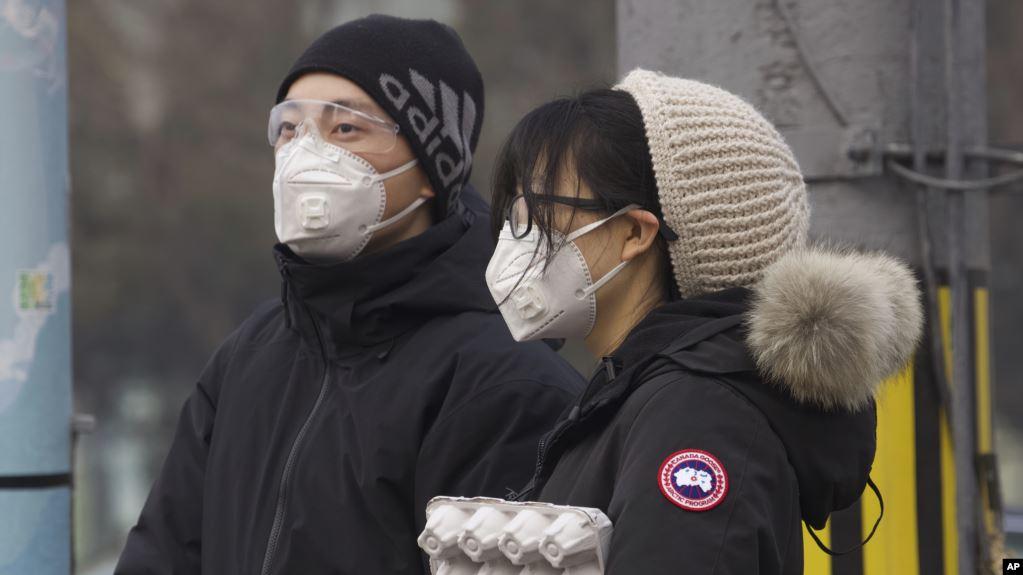 Residentes de China portan una mascarilla en Beijing, China, el 13 de febrero de 2020 / AP