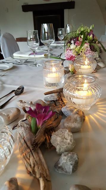 Steingarten Tischdekoration kleine Hochzeit im Familienkreis, Trachtenhochzeit in Bayern, Garmisch-Partenkirchen, Riessersee Hotel, lila, rosa, violett, heiraten auf der Zugspitze, Hochzeitsplanerin Uschi Glas