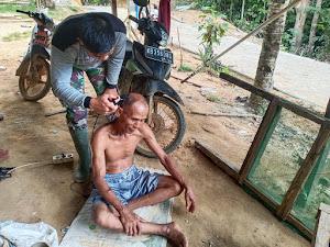 Anggota Satgas TMMD gunakan Keterampilan Mencukur Rambut Warga