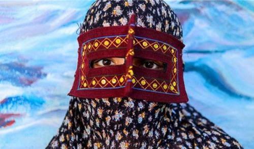 Những phụ nữ đeo mặt nạ bí ẩn ở Trung Đông 7