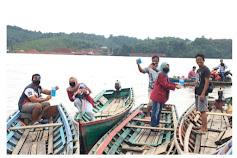 Cegah Penyebaran Corona : Mahasiswa PMM UMM Bagikan Masker dan Vitamin C Gratis Kepada Ojek Perahu dan Pedagang Keliling.
