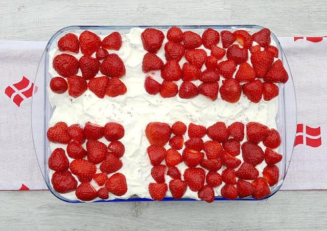 Rezept: Dänischer Erdbeer-Quark im Dannebrog-Design. Sehnsucht nach Dänemark? Dann bereitet doch diesen leckeren Nachtisch zu, passend im rot-weiß-Design der dänischen Flagge! Super in der Erdbeerzeit, zu Festen und natürlich auch für Kinder, die dabei gut mithelfen können. Das Rezept gibt's auf Küstenkidsunterwegs!
