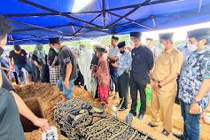 Mantan Wakil Bupati Wajo Meninggal, Pemda dan DPRD Wajo Melayat dan Mengantar Jenazah Sampai di Kuburan