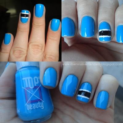 unhas azuis com faixa preta e branca