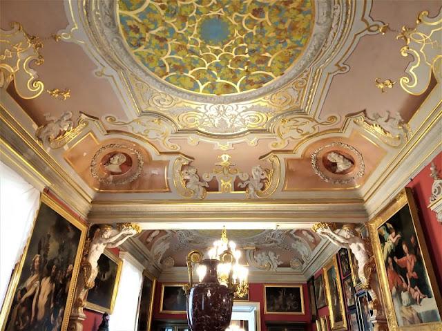 una sfarzosa sala nel museo potocki