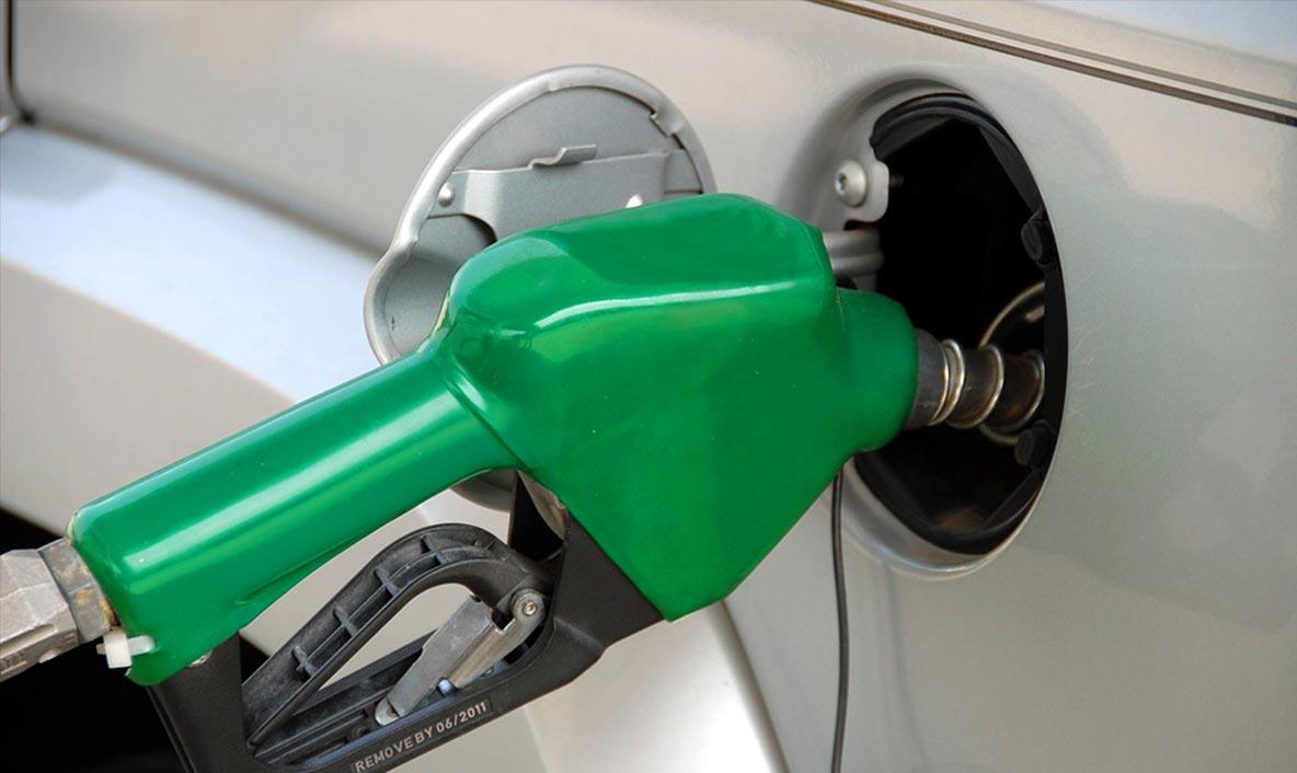 Pomper du carburant dans une voiture
