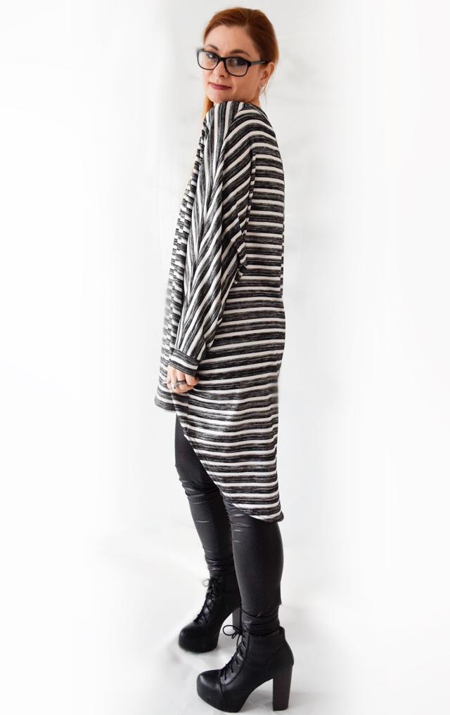 die Edelfabrik - Schwarz-Weiß Outfit mit gestreiftem Oversized Shirt und Fakeleder Leggings