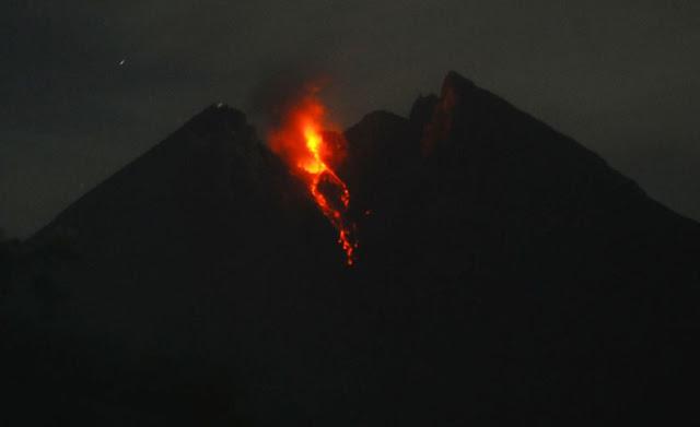 Gunung Merapi Bergejolak dan Luncurkan Guguran Lava Pijar, Status Waspada!